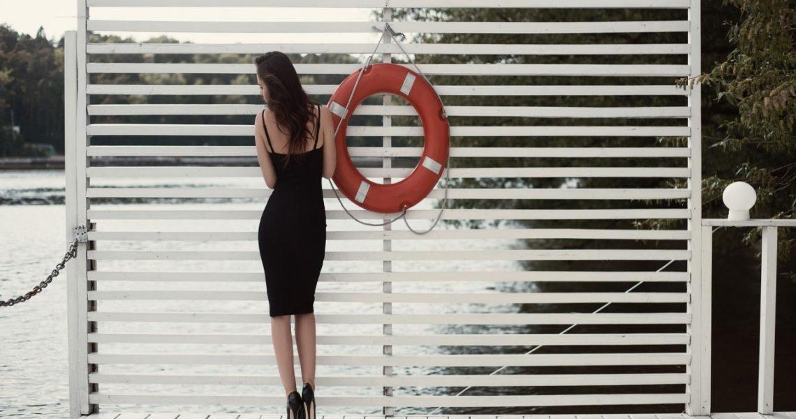 Czarne ubrania: jak nosić je latem?