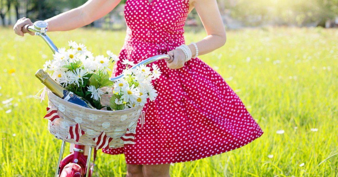 Przewiewne materiały na lato: co nosić podczas upałów?